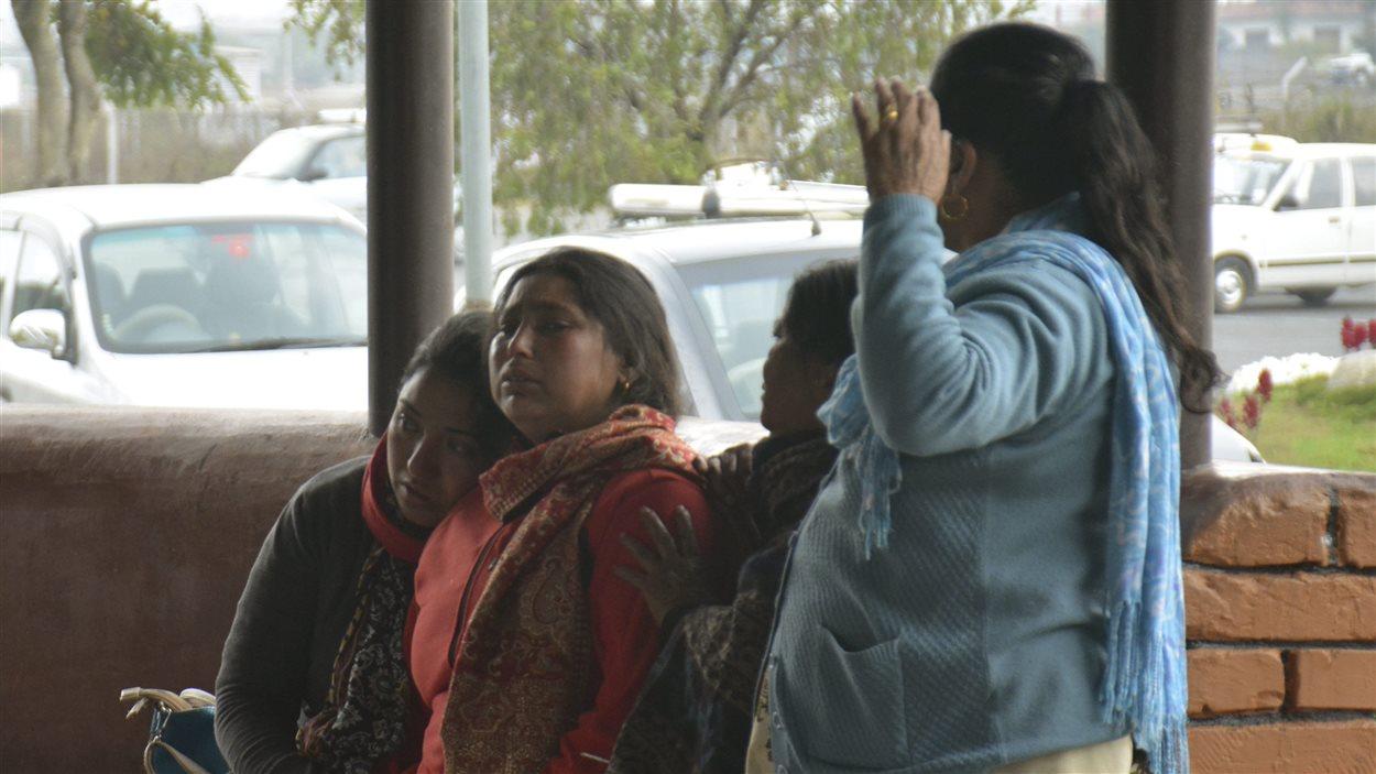 Des proches des victimes de l'écrasement d'un petit avion au Népal