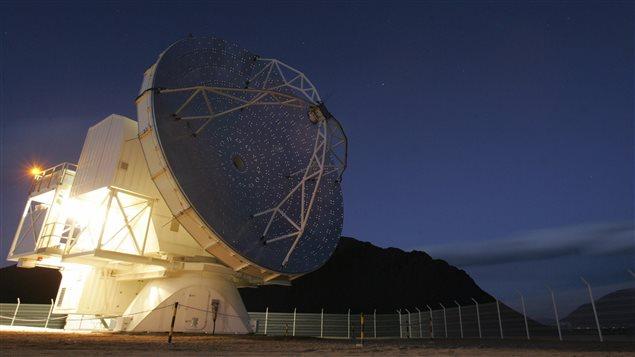 Le télescope APEX, dans le désert du Chili, mesure 12 mètres de haut.