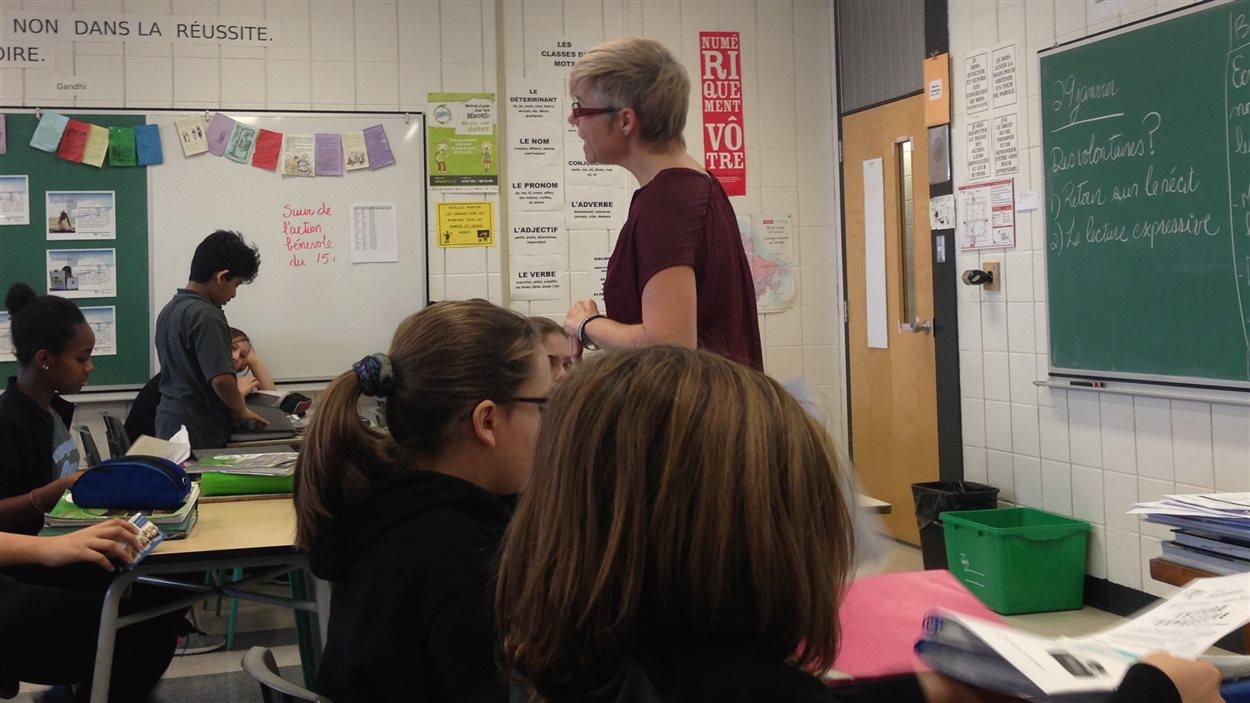 L'enseignante Julie Gagnon avec une classe du PEI, à l'école secondaire Père-Marquette.