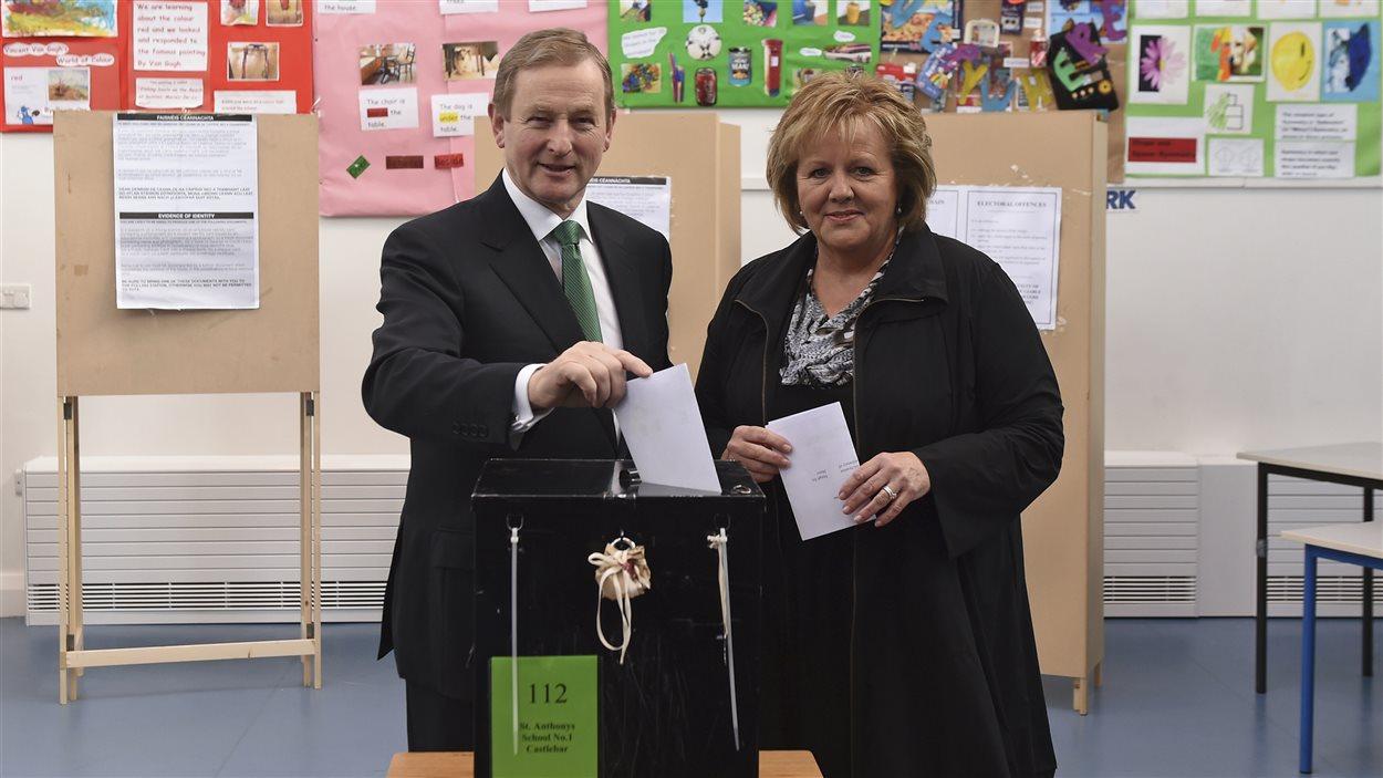 Le premier ministre sortant de l'Irlande, Enda Kelly, vote lors des élections du 26 février 2016, en compagnie de sa femme.