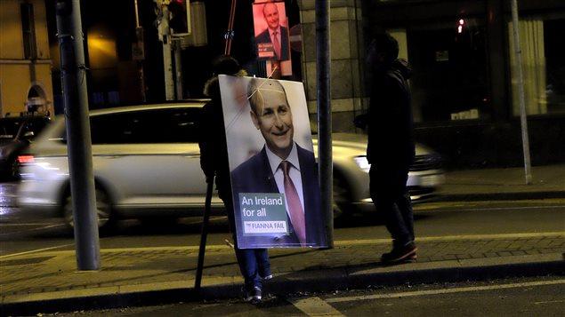 Une pancarte du chef du parti irlandais Fianna Fail, Micheal Martin.