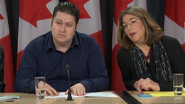 Le président national du STTP, Mike Palecek, et Naomi Klein, en conférence de presse, lundi.