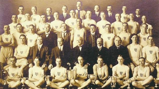 John Armstrong Howard (3e rangée, 6e personne à partir de la gauche)
