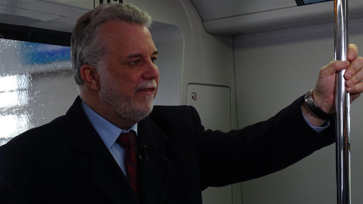 Le premier ministre Philippe Couillard, dans le train entre l'aéroport et le centre de Vancouver, dans le cadre de la rencontre entre les premiers ministres.