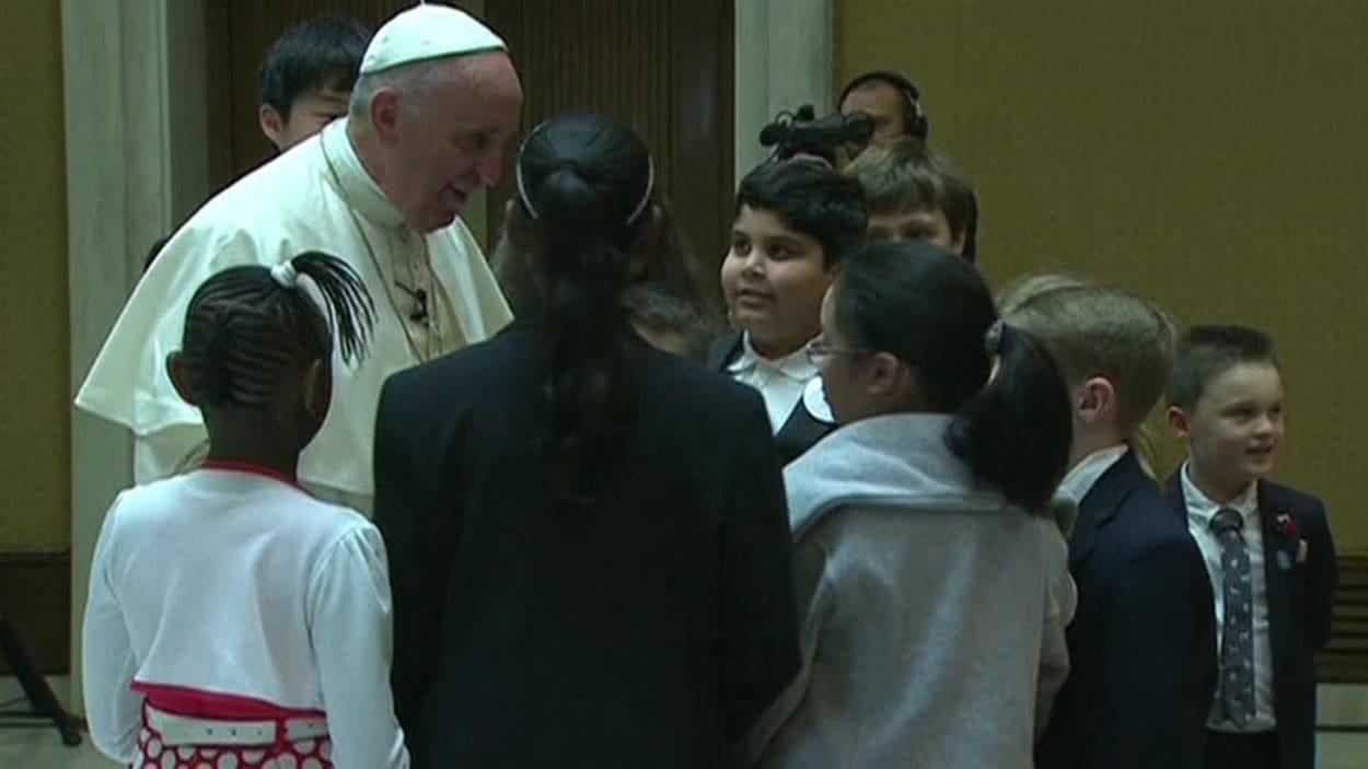 Le jeune Winnipégois Ryan (centre) en audience avec le pape François, au Vatican