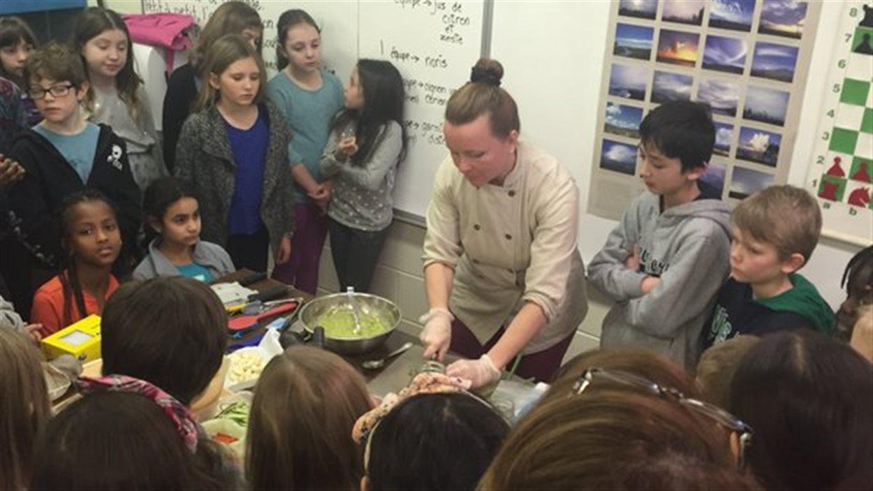 La chef Chantale Roy donne un atelier sur l'alimentation crue à l'école Anne Hébert de Vancouver.