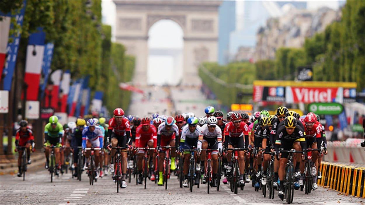 Le peloton sur les Champs-Élyséees en 2015