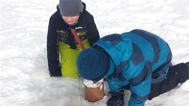 Deux élèves de l'école Chanoine-Delisle surveillent la brimbale qui a été installée sur le lac Lemoine, près du camping Sagittaire de Val-d'Or