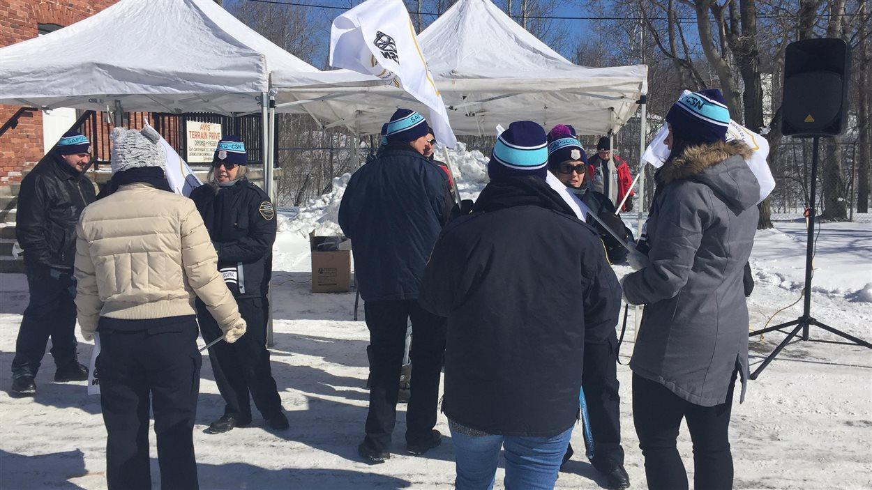 Les employés des Centres de détention du Québec manifestent
