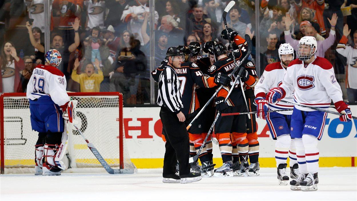 Les joueurs des Ducks célèbrent leur victoire.