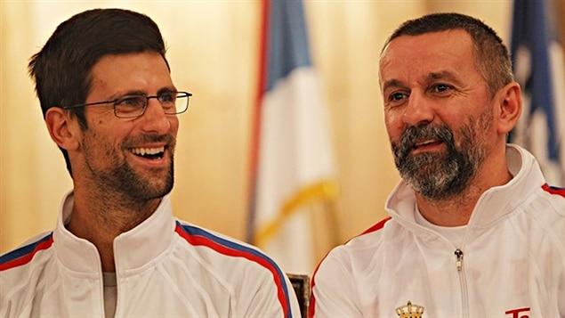 Novak Djokovic et le capitaine Bogdan Obradovic à la présentation de l'équipe serbe de Coupe Davis