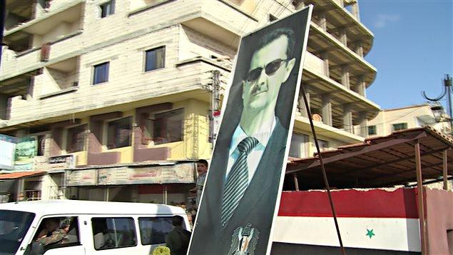 Portrait de Bachar Al-Assad affiché pendant une manifestation à Kerneh, dans la région de Tall Mnin