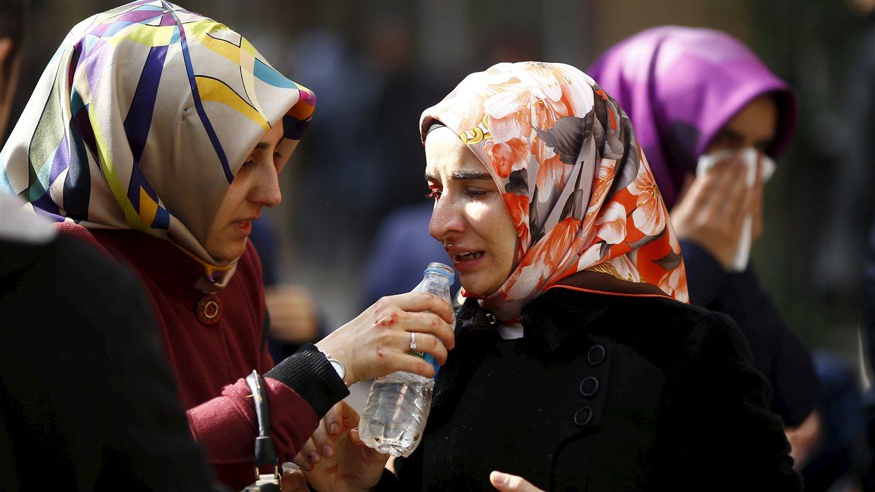 La police turque a utilisé du gaz lacrymogène pour disperser les manifestants rassemblés devant les locaux du quotidien turc Zaman.