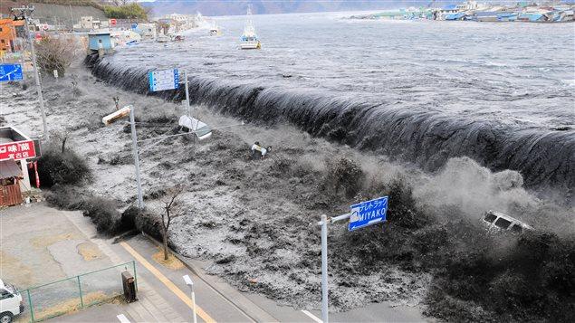 Une vague déferle sur Miyako, dans l'estuaire de Heigawa au Japon, après le séisme le 11 mars 2011.
