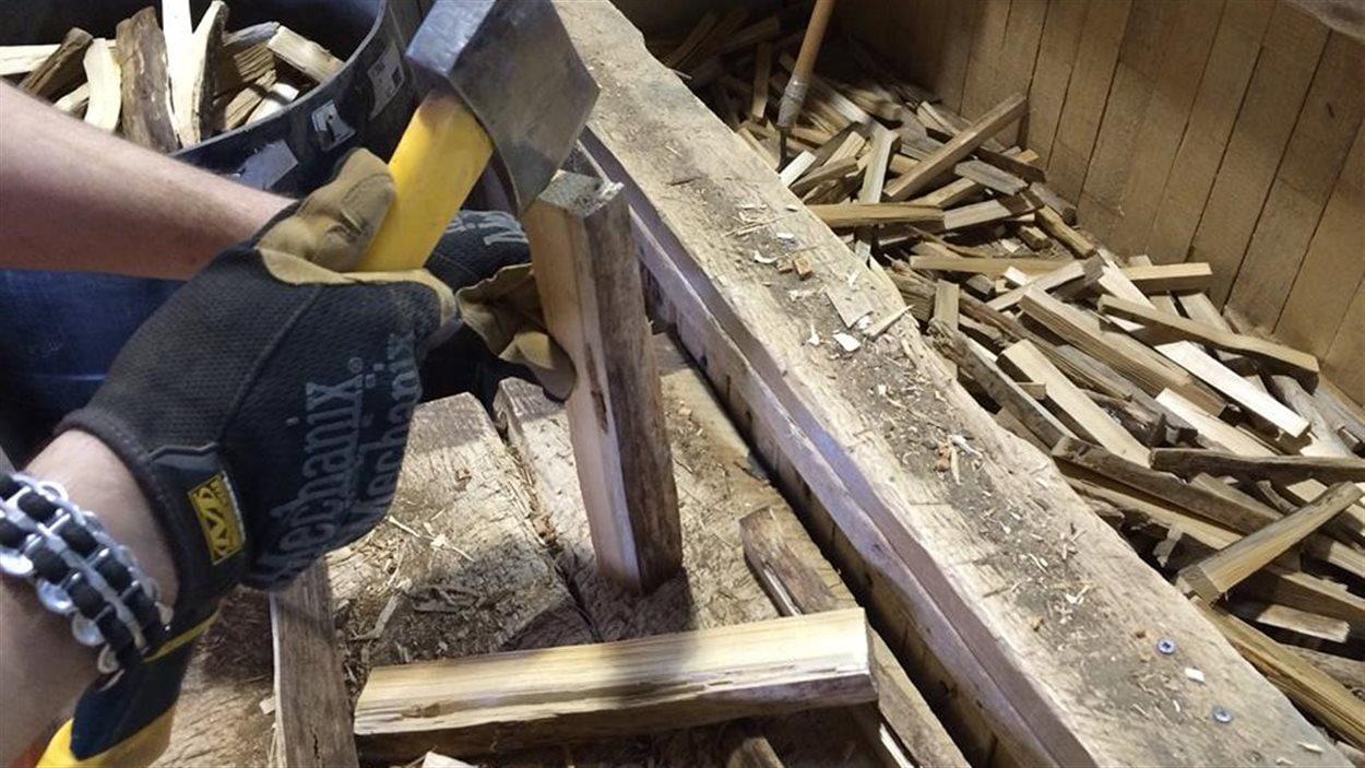 Les détenus fabriquent du bois d'allumage et du bois de chauffage. Les produits sont livrés dans les campings et commerces entre Carleton-sur-Mer et Cap d'Espoir.
