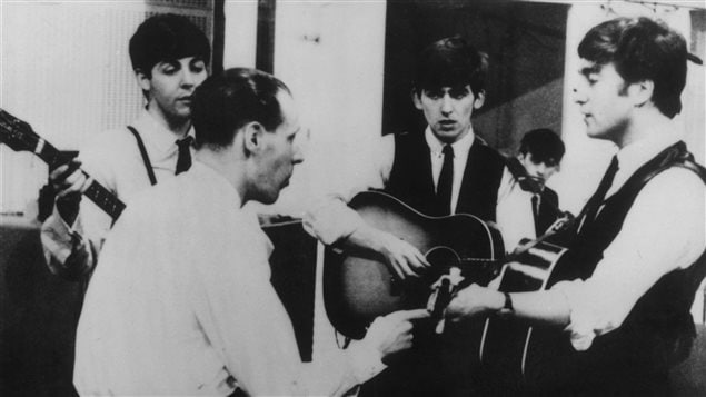 George Martin en studio avec les Beatles en 1963