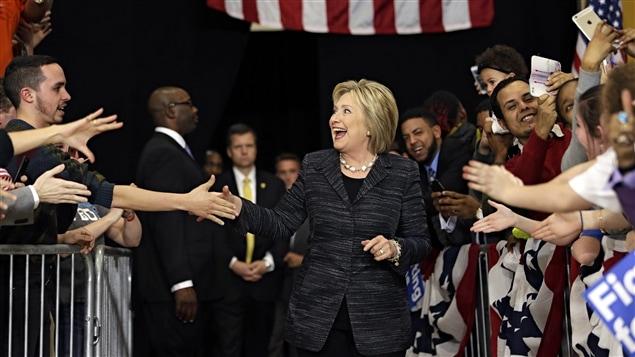 La directrice des communications d'Hillary Clinton, Jennifer Palmieri, a fait preuve d'optimisme, affirmant que l'organisation de Mme Clinton «demeurait sûre qu'elle obtiendra la nomination».