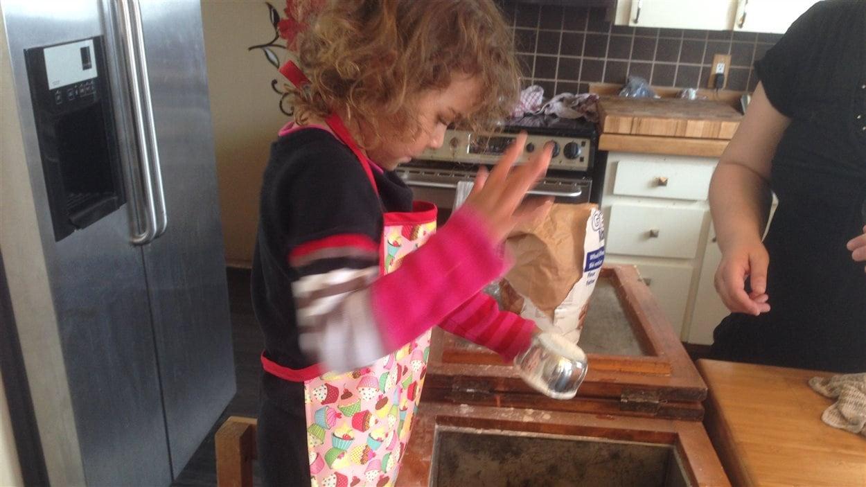 Des enfants apprennent à faire du pain à l'ancienne à la garderie