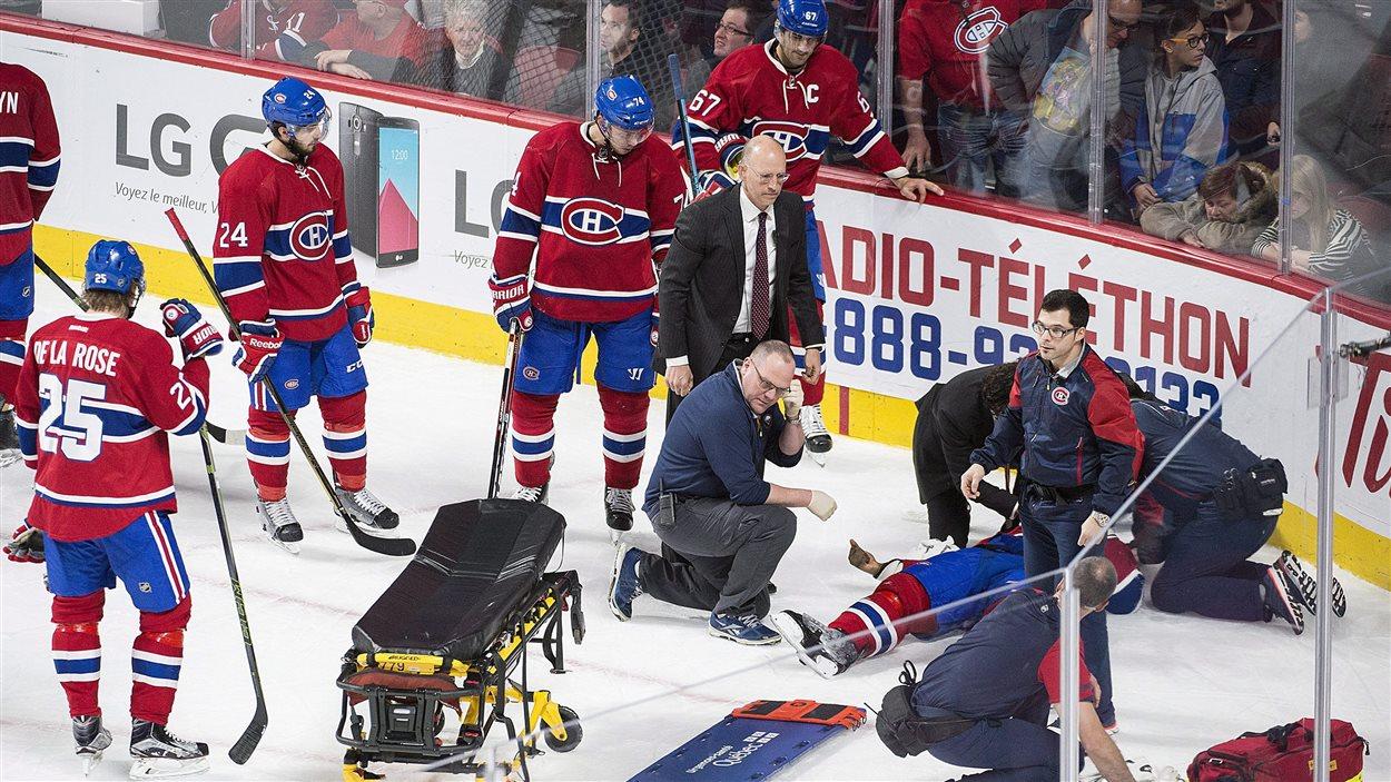 P.K. Subban a quitté la patinoire sur une civière.