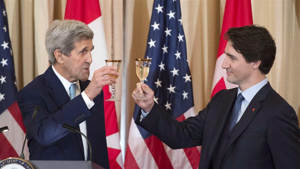 Le premier ministre du Canada Justin Trudeau en compagnie du secrétaire d'État américain, John Kerry.