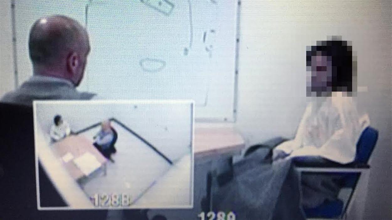 Photo prise lors de l'interrogatoire de l'un des deux accusés (à droite) du triple meurtre survenu en février 2014 à Trois-Rivières.