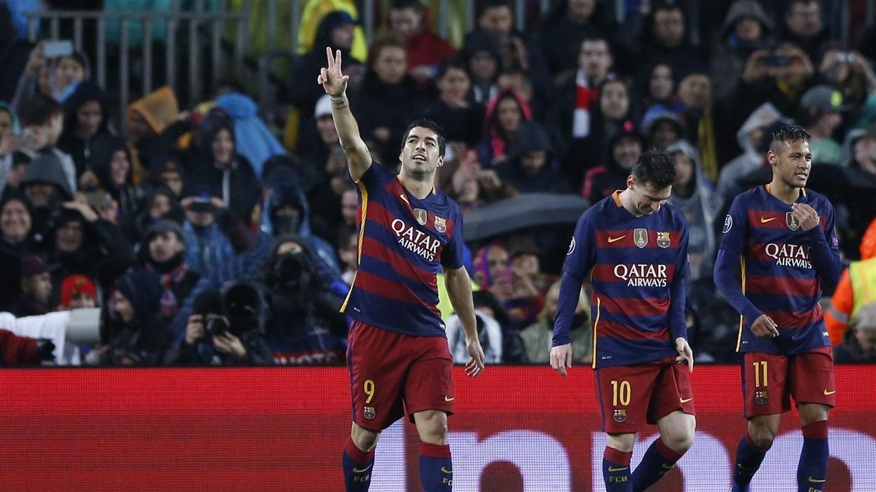 Luis Suarez célèbre la victoire du FC Barcelone en compagnie de ses coéquipiers Lionel Messi et Neymar