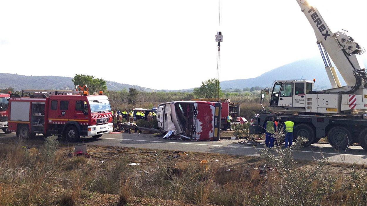 Les services d'urgence sont arrivés sur les lieux de l'accident d'autocar, dans lequel des étudiants de l'Université de Barcelone sont décédés.