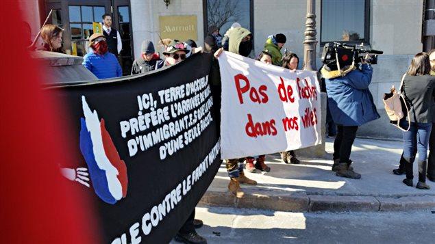 Des manifestations contre le Front national se sont tenues lors du point de presse de la présidente du parti, Marine Le Pen, le 20 mars, à Québec.
