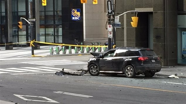 L'un des véhicules impliqué dans l'accident au coin des rues Bay et Wellington.