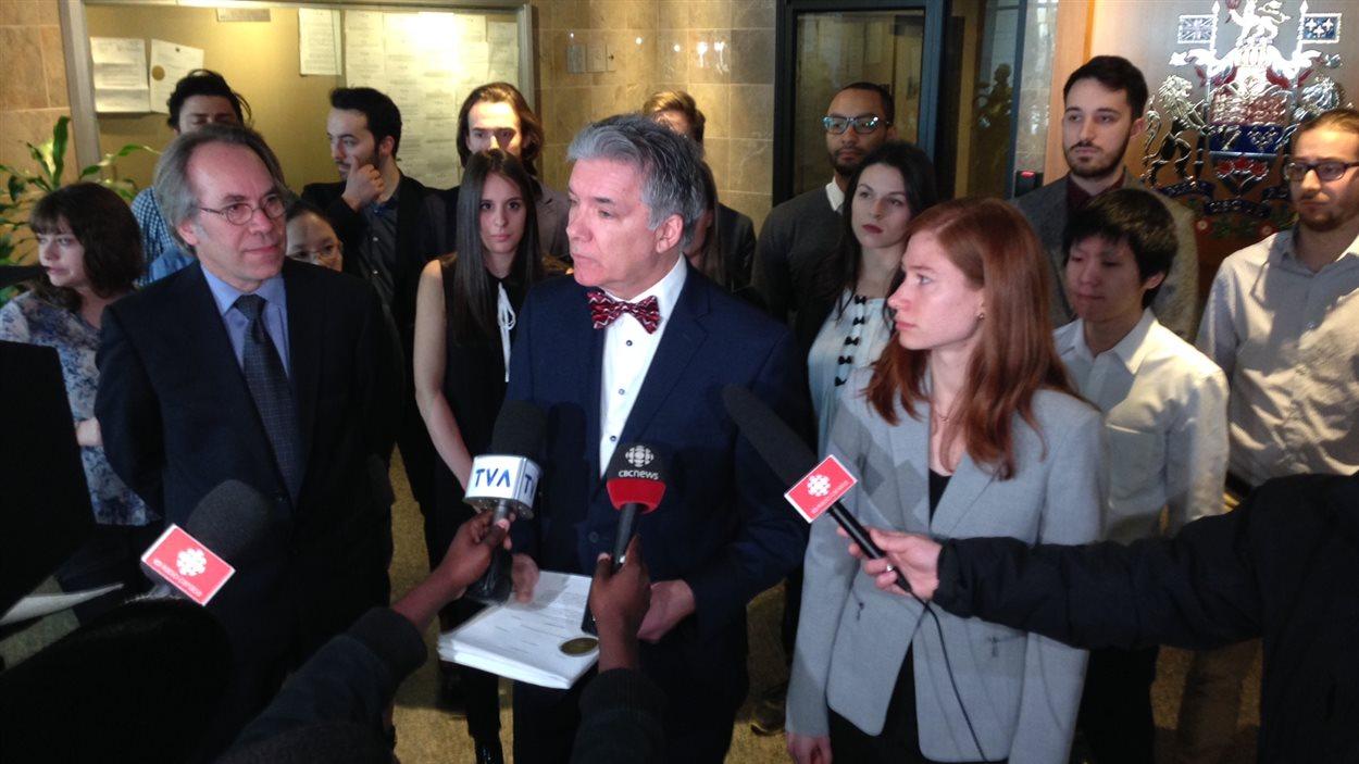 Daniel Turp et ses étudiants en droit international déposent une requête à la Cour fédérale pour faire annuler la vente de blindés par le Canada à l'Arabie saoudite.