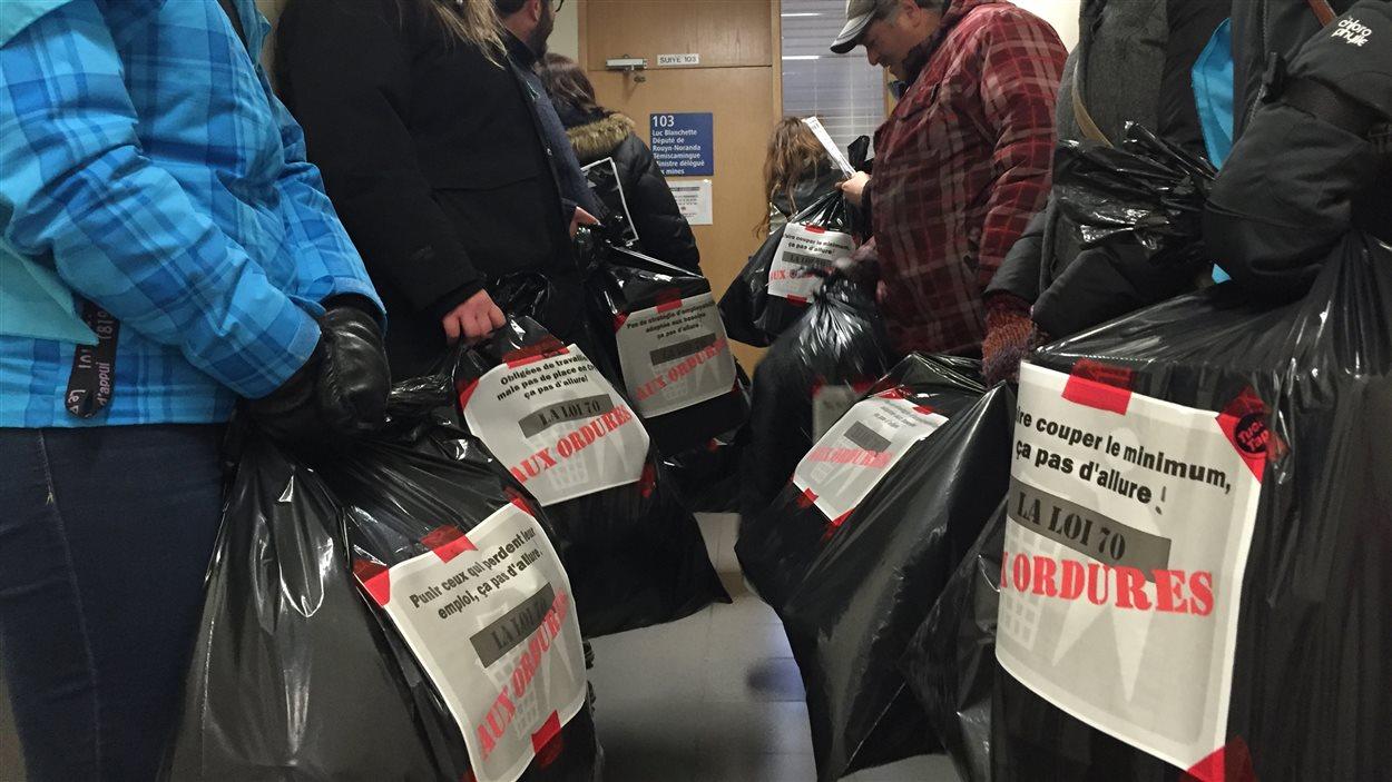Des manifestants ont déposé des sacs à ordure au bureau de Luc Blanchette