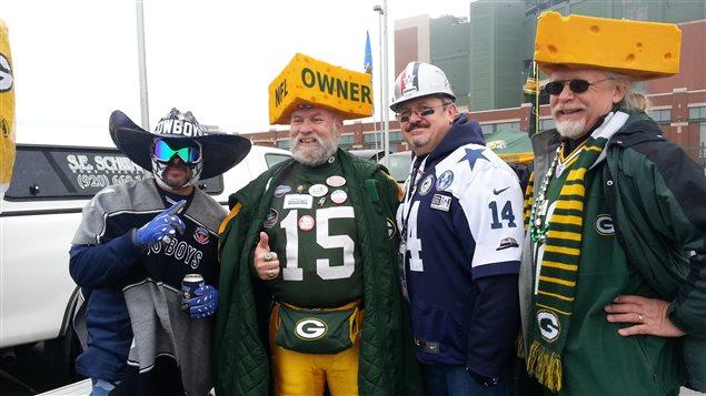Rassemblement à Green Bay, au Wisconsin, avant un match des Packers. Les fans des Packers sont baptisés «cheese heads» et portent fièrement le fromage sur la tête.