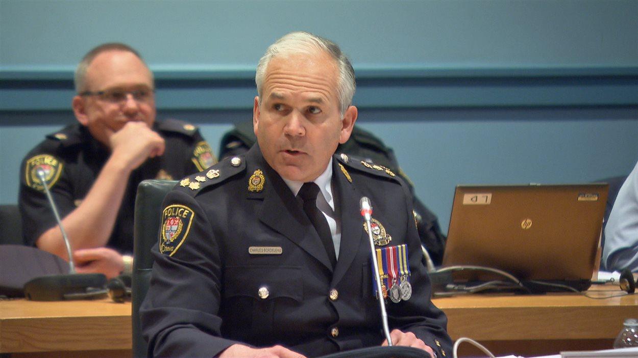 Le chef de police Charles Bordeleau a abordé la question de la contravention remise à un membre de sa famille, lundi soir, devant la Commission de services policiers.