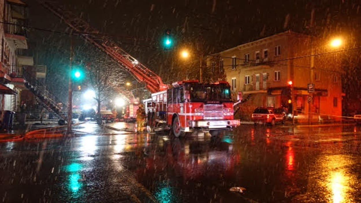 Les pompiers de Montréal ont répondu à l'appel des policiers du SPVM qui ont eux-mêmes découvert le début d'incendie en raison d'une odeur de fumée.