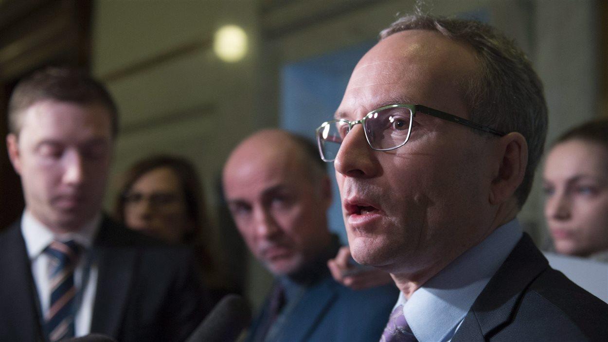 Le ministre de la Sécurité publique et des Affaires municipales du Québec, Martin Coiteux, répond aux questions sur le projet de loi 64.