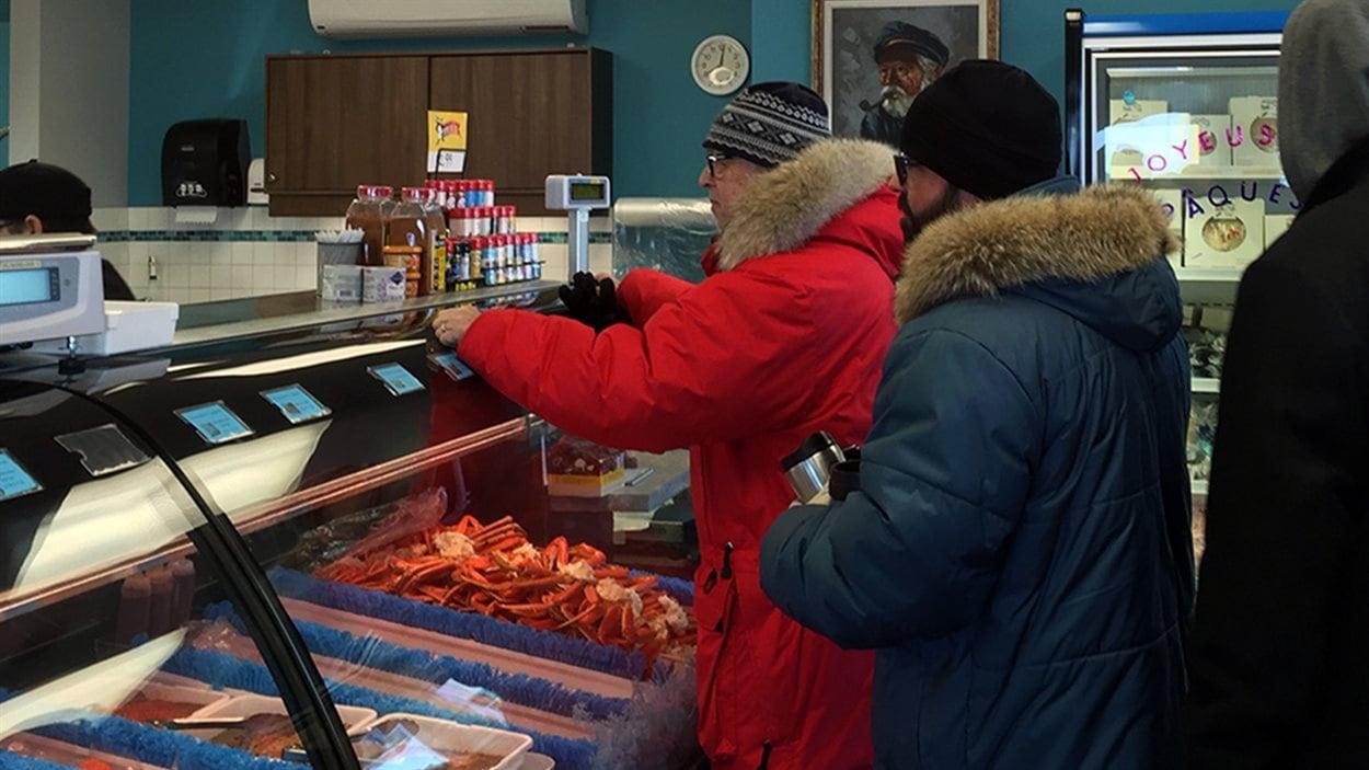 Les comptoirs remplis de crabe risquent de se vider rapidement. À la Poissonnerie Gagnon, les pêcheurs ont ramené 870 kg de crabe.