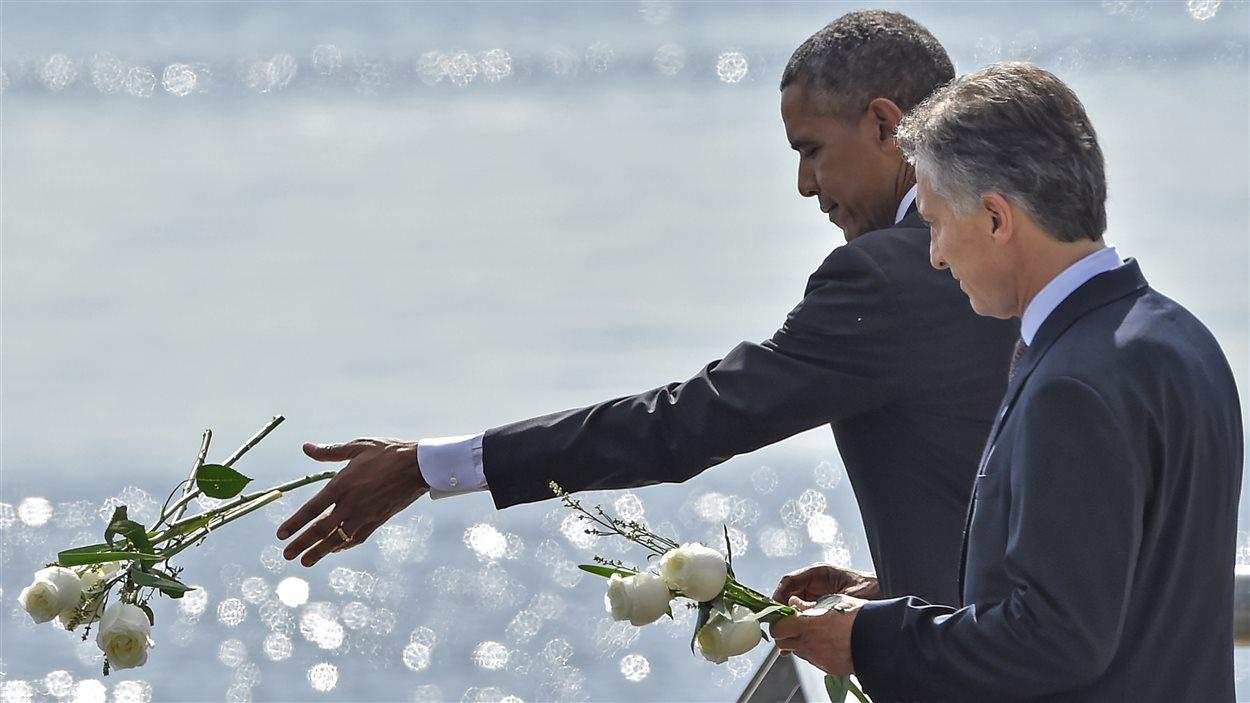 Les présidents Obama et Macri ont lancé des roses blanches le Rio de la Plata, en hommage aux victimes de la dictature.
