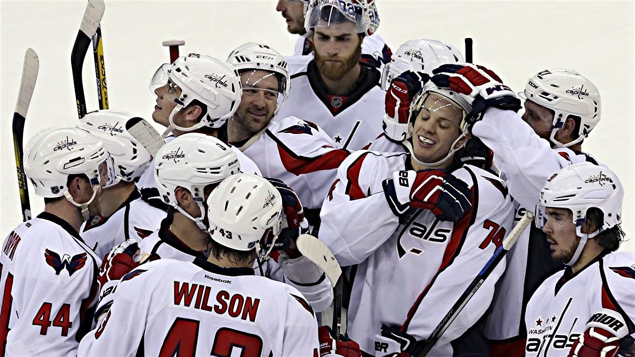 Les Capitals célèbrent le but de John Carlson (74)