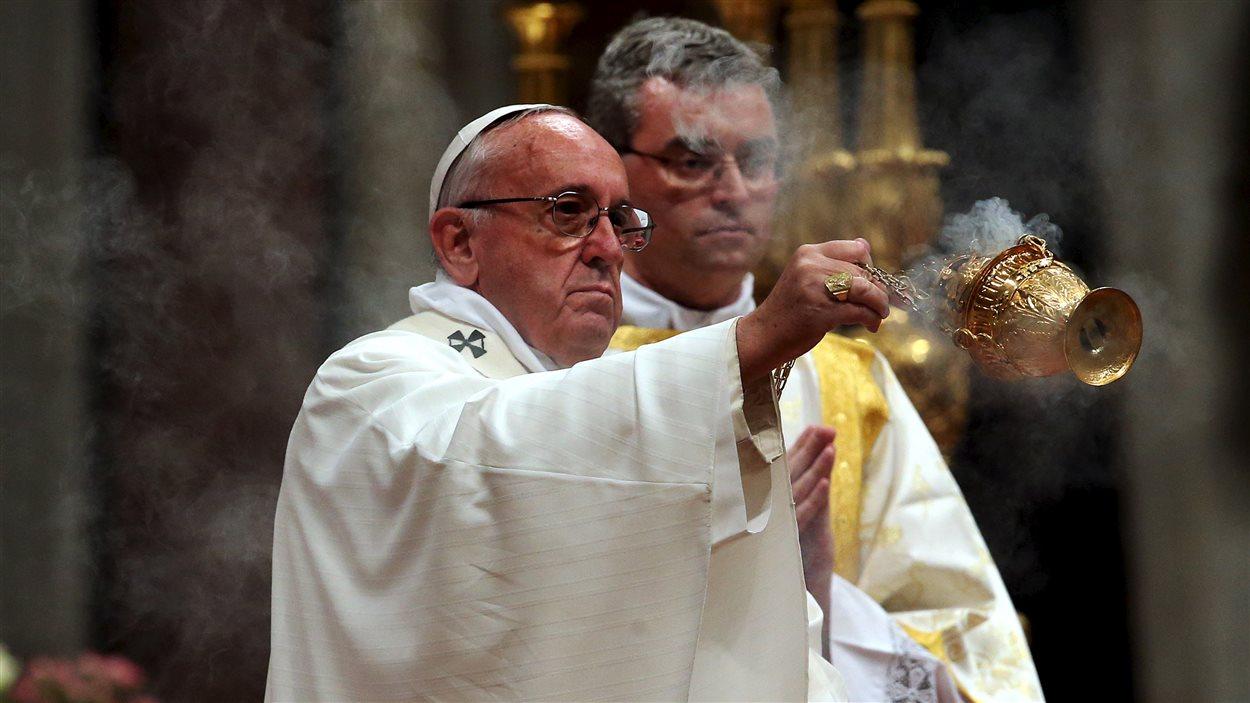 Le pape François lors de la messe de la veillée pascale dans la basilique Saint-Pierre de Rome