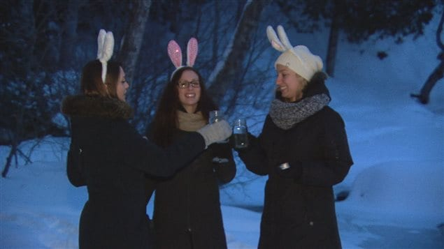 Les trois amies trinquent à l'aube, munies de leur eau de Pâques fraîchement recueillie.