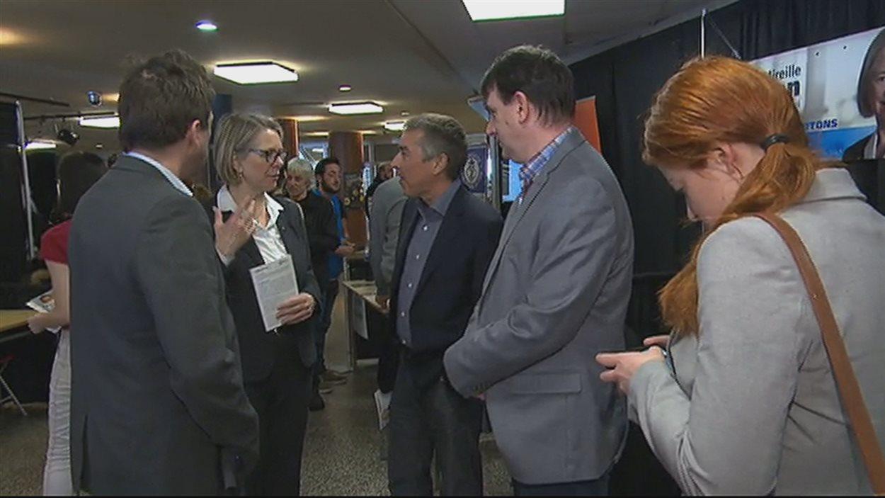 La candidate péquiste Mireille Jean rencontre les étudiants au Cégep de Chicoutimi