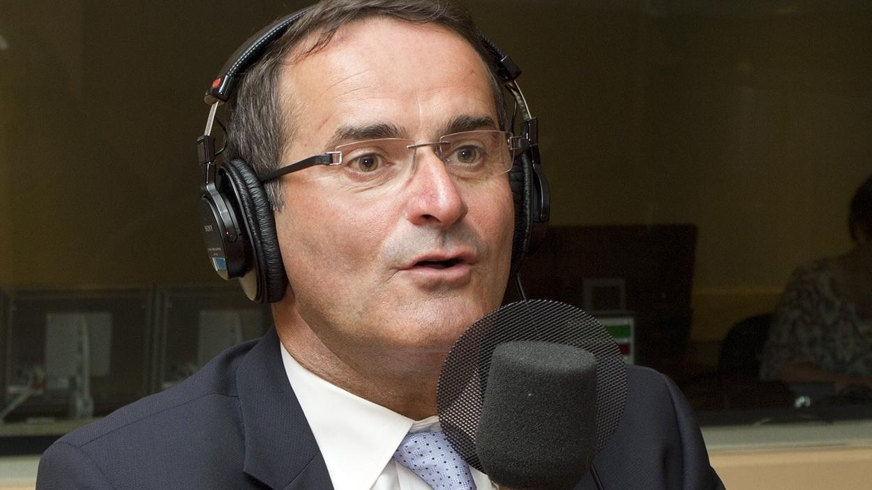 Le chroniqueur politique Jean Lapierre lors de son passage à l'émission Médium large.