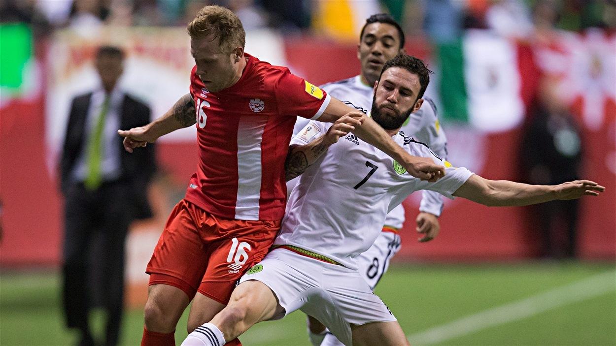 Scott Arfield et Miguel Layun se disputent le ballon