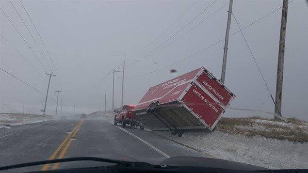 Les forts vents aux Îles-de-la-Madeleine ont causé un accident de la route, selon une photo prise le 29 mars 2016 par une résidente de la région, Diane Hébert.