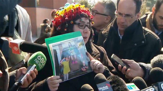 La mère des trois enfants tués, Jennifer Neville-Lake, tient une photo de ses deux garçons et de sa fille.