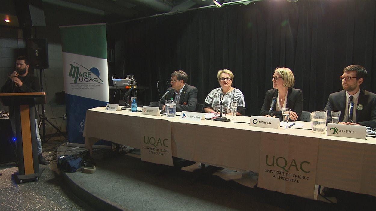 Pierre Dostie, Francyne T. Gobeil, Mireille Jean et Alex Tyrrell ont participé au débat organisé par MAGE-UQAC