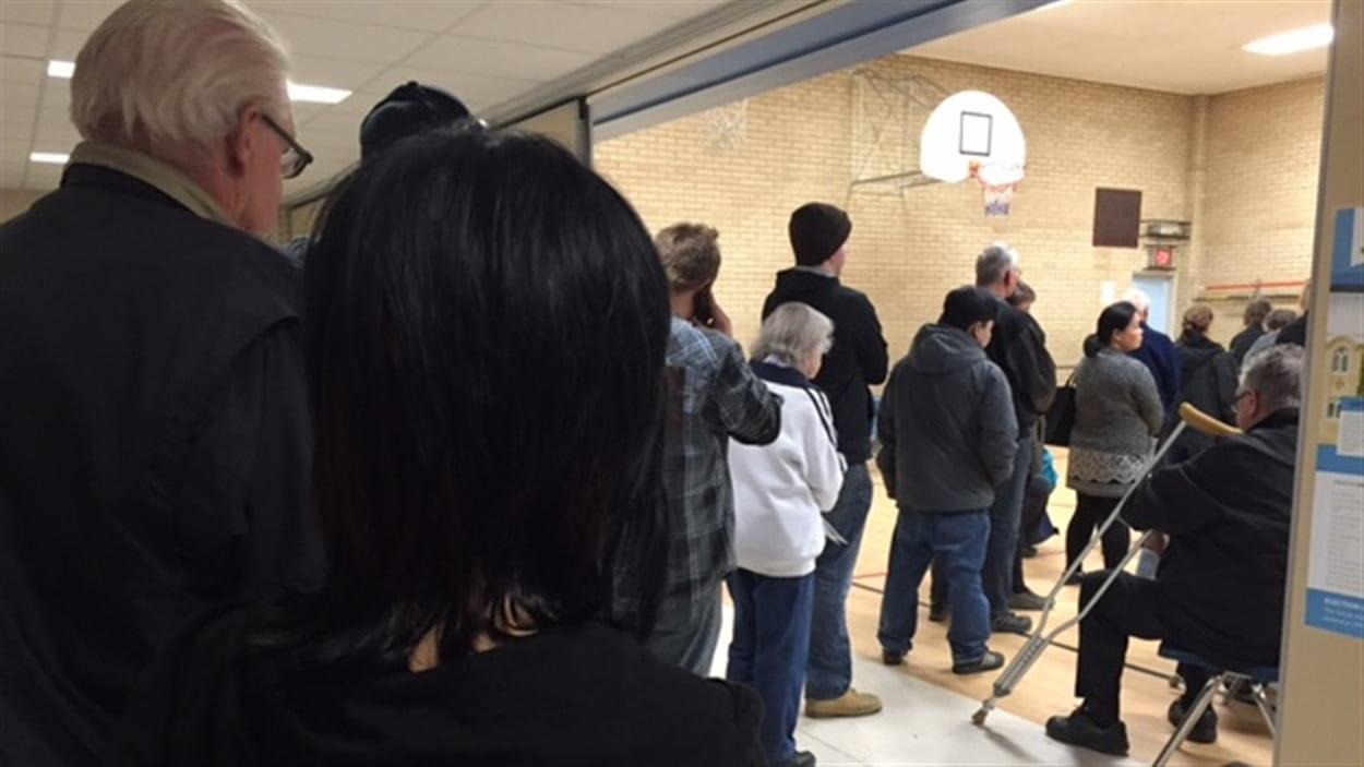 Des électeurs dans un bureau de vote par anticipation en Saskatchewan.