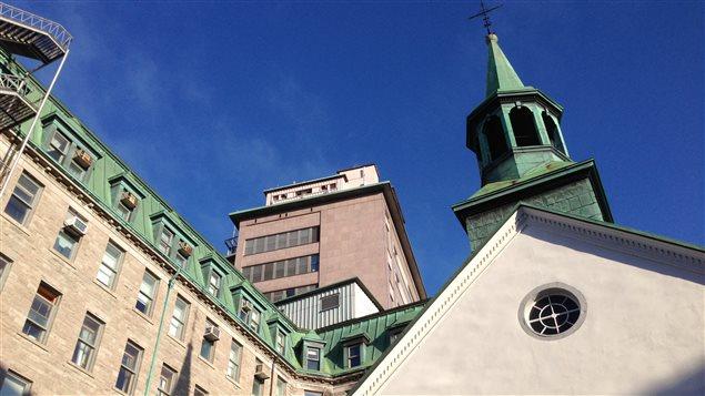 Au premier plan, l'église du Monastère des augustines et derrière, l'hôpital de l'Hôtel-Dieu de Québec