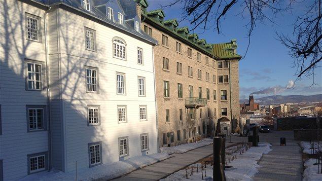 Le Monastère jouxte l'Hôtel-Dieu de Québec.