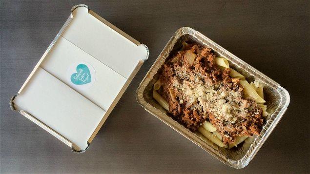 Un des repas du Sidewalk Supper Project, des pennes à la sauce tomate avec parmesan frais
